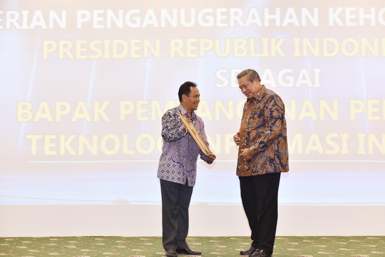 Penganugrahan Bapak Susilo Bambang Yudhoyono sebagai Bapak Pembangunan Pendidikan Teknologi Informasi Indonesia (Foto ke-3)