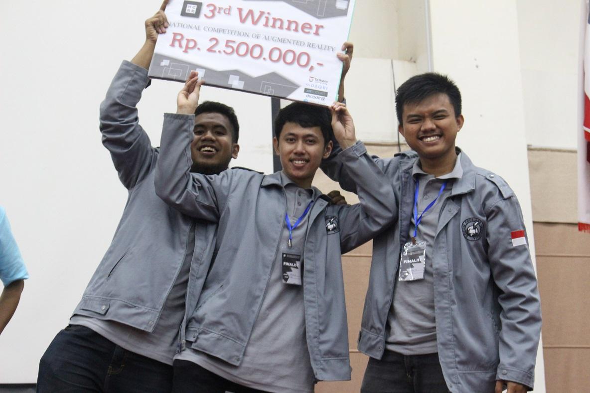 Tim Dori dari UNIKOM Codelabs dengan aplikasi Tanah Airku Indonesia mendapat predikat juara 3 di kompetisi National Competition of Augmented Reality (NCAR)
