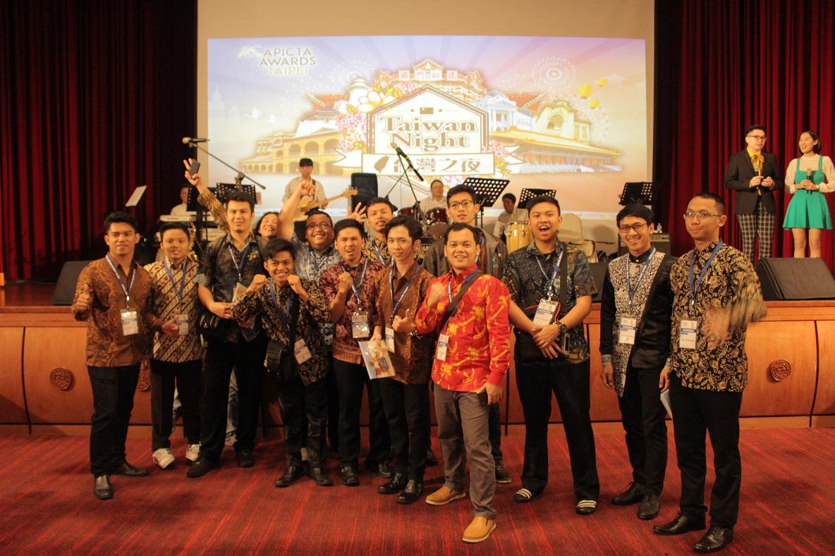 Tim UNIKOM bersama dengan peserta APICTA 2016 di Acara APICTA Award